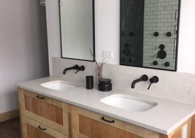 Salle de baine, comptoir en quartz blanc sur vanité en bois sur mesure. Commandez en ligne maintenant sur granitcomptoir.com