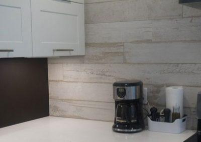 Cuisine avec comptoir en quartz blanc. Décor moderne et actuel. Commandez en ligne maintenant sur granitcomptoir.com