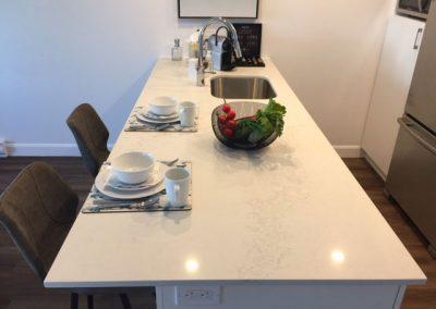 Comptoir en marbre blanc moderne. Style contemporain avec îlot central. Commandez en ligne maintenant sur granitcomptoir.com
