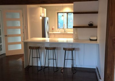 Cuisine champêtre avec comptoir en quartz blanc.  Commandez en ligne maintenant sur granitcomptoir.com partout au Québec.