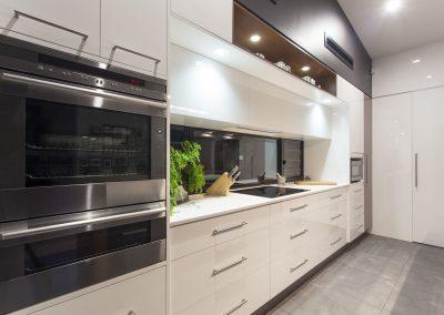 Cuisine ultra moderne. Comptoir blanc en quartz. Commandez en ligne maintenant sur granitcomptoir.com partout au Québec.